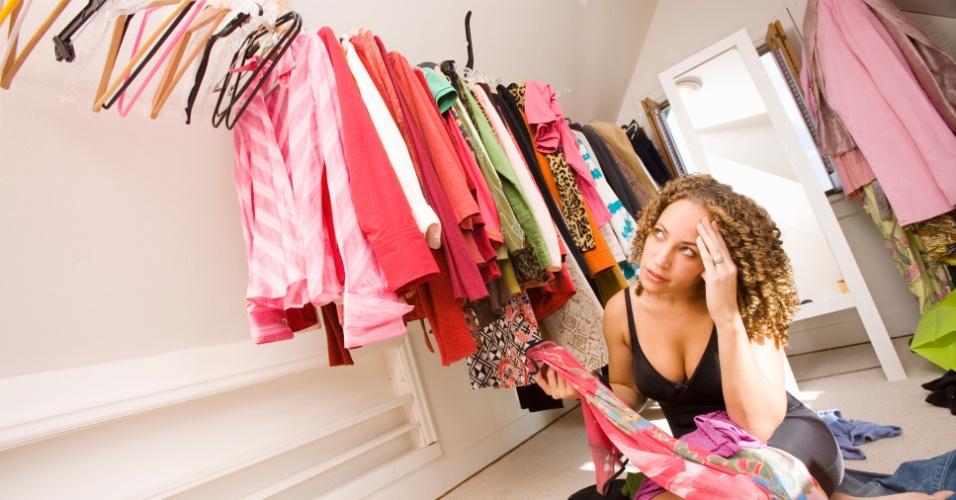 mulher arrumando o guarda-roupa, arrumando o closet, mulher pensando que roupa usar, ilustra