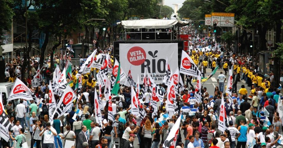 Passeata 'Veta, Dilma' contra a redistribuição dos royalties do petróleo no centro do Rio de Janeiro, nesta segunda-feira (26). Centenas de manifestantes participam do ato na avenida Rio Branco, que foi interditada para veículos. Segundo cálculos da secretaria estadual de Desenvolvimento Econômico, o Estado e os municípios perderão R$ 77 bilhões em receitas de royalties e participações especiais até 2020 caso a nova divisão se concretize
