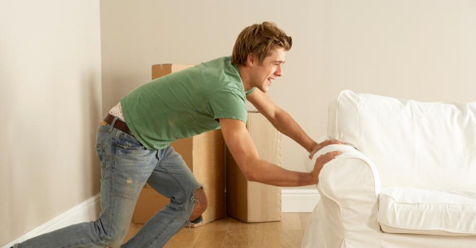 rapaz empurra sofá, limpeza em casa, mudança de casa, ilustra