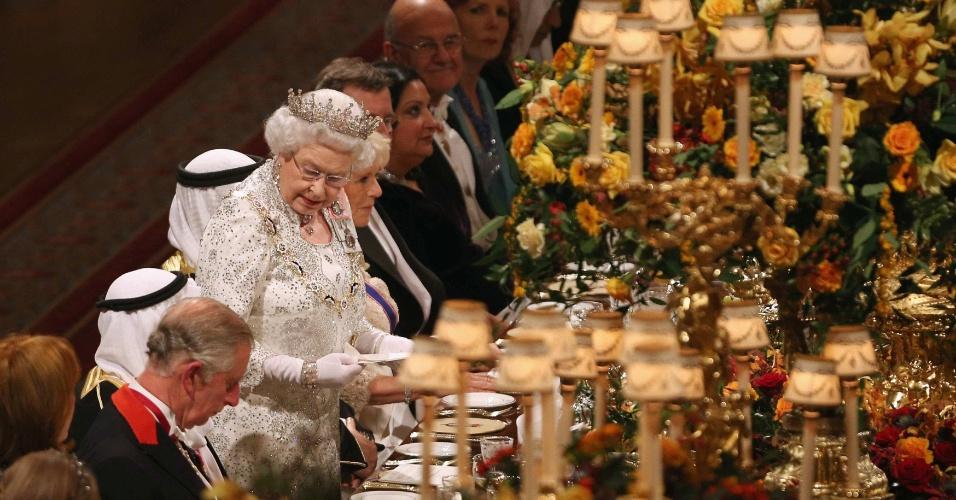 27.nov.2012 - A rainha da Inglaterra, Elizabeth 2ª (em pé, no centro), discursa no palácio de Windsor durante um banquete em homemagem ao emir do Kuait, o xeique Sabah al-Ahmad al-Sabah, que está em visita oficial no país britânico