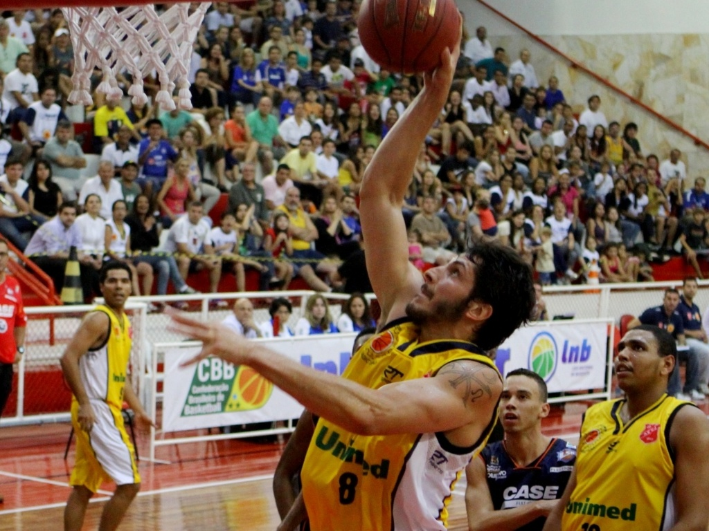 27.nov.2012 - Dedé, do São José, tenta arremesso durante jogo contra a Liga Sorocabana