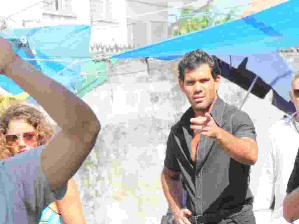 """27.nov.2012 - Juliano Cazarré aponta para fotógrafo durante filmagens de """"Serra Pelada"""" em Belém - Wesley Costa/AgNews"""