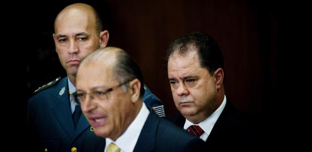 O governador Geraldo Alckmin (no centro) e os novos comandantes da Polícia Militar, o coronel Benedito Roberto Meira (à esq.), e da Polícia Civil, o delegado Luiz Maurício Blazek (à dir.) - Eduardo Knapp/Folhapress
