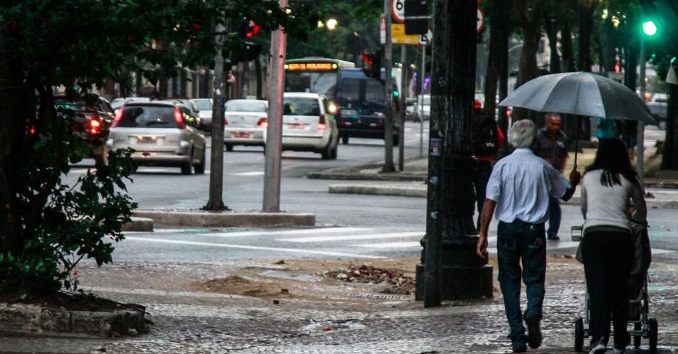 27.nov.2012 - Paulistanos enfrentam frio e chuva no centro da cidade, nesta manhã