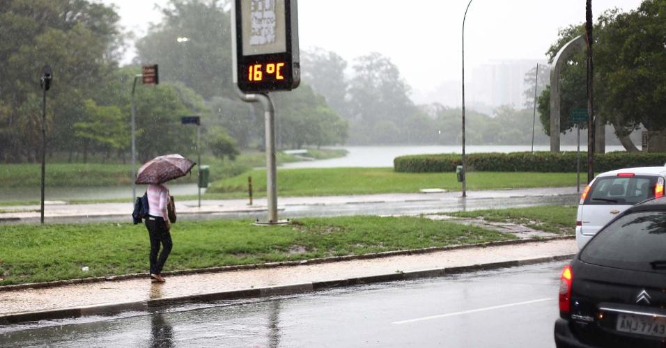27.nov.2012 - Pedestres enfrentam frio e chuva próximo ao parque Ibirapuera, zona sul da cidade de São Paulo, nesta manhã