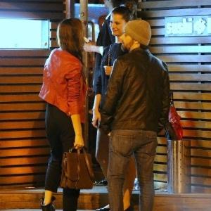 Alinne Moraes vai com o namorado a restaurante japonês no Rio de Janeiro (26/11/12)