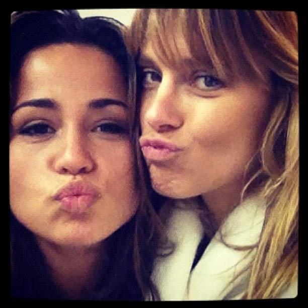 Carolina Dieckmann publica foto ao lado de Nanda Costa e elogia a colega de elenco (27/11/2012)
