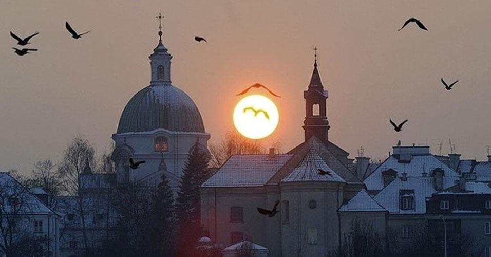 Cidade Velha em Varsóvia, na Polônia, durante o pôr-do-sol