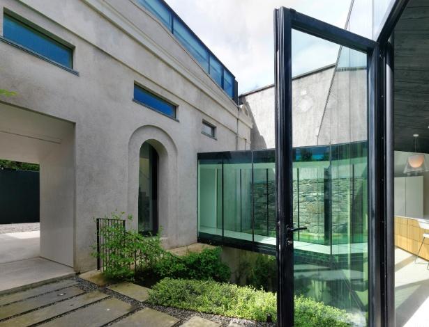 """Casa reformada mantém fachada em estilo neoclássico que """"escondia"""" garagem para carruagens - Enda Cavanagh/ The New York Times"""