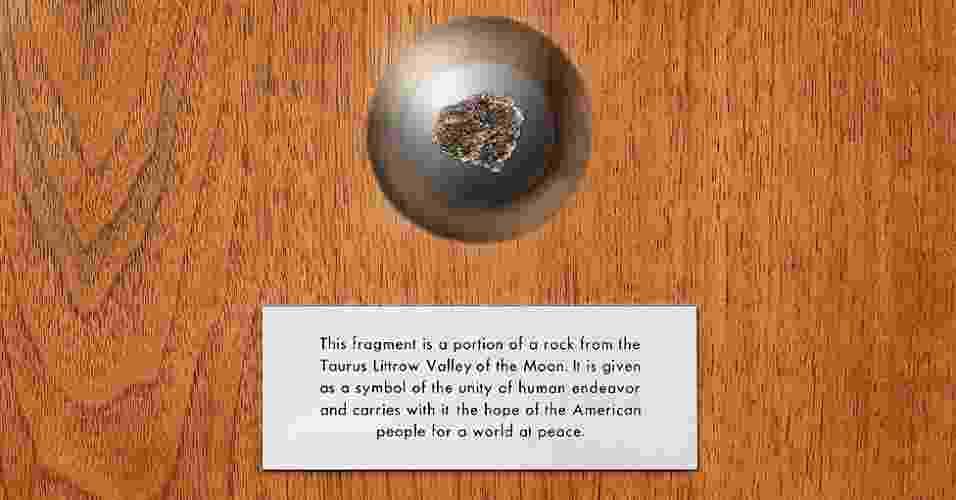 Este pedaço de pedra da Lua tem cerca de 3,7 bilhões de anos. Foi trazido pela missão Apollo 17 e dado à Grã-Bretanha como um gesto de boa vontade pelo presidente americano Richard Nixon em 1973 - Natural History Museum