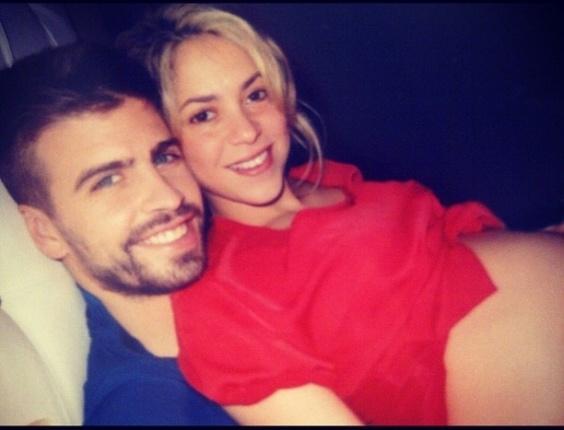 Grávida de sete meses de Gerard Piqué, a cantora colombiana Shakira mostrou sua gravidez em foto onde aparece deitada em cima do namorado.