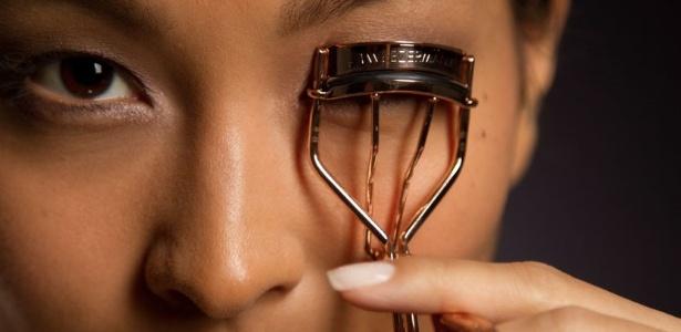 Curvar os cílios dá acabamento à maquiagem e deixa o olhar mais aberto e bonito - Ana Lima/UOL