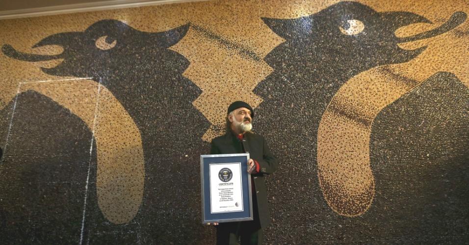 O artista albanês Saimir Strati conquistou seu sétimo recorde reconhecido pelo Livro dos Recordes, após montar o maior mosaico feito com feijão do mundo na cidade de Pristina, em Kosovo. A imagem formada no mosaico representa a bandeira da Albânia e foi feita com aproximadamente 1.350.000 grãos