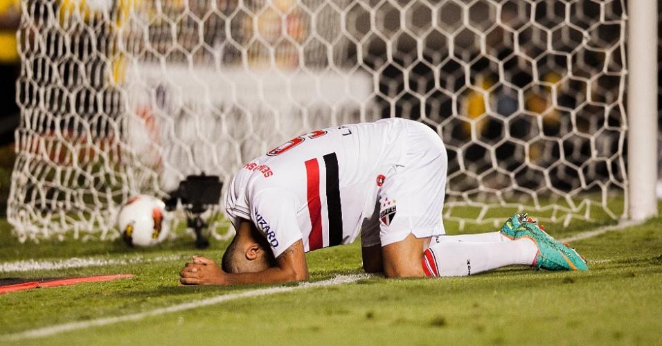 28.11.2012 - Luis Fabiano se lamenta após desperdiçar chance de gol para o São Paulo contra a Universidad Católica