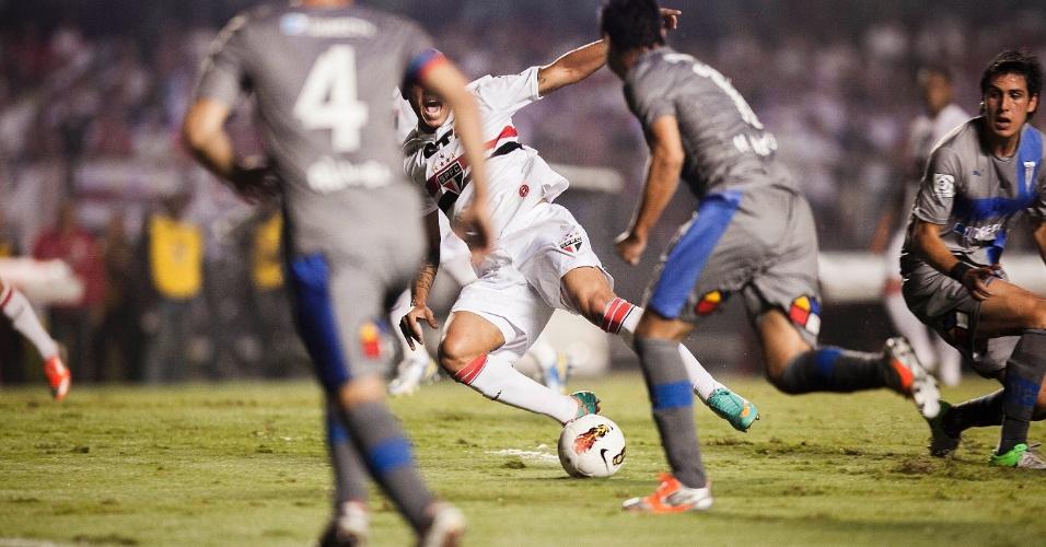 28.11.2012 - Luis Fabiano tenta finalizar ao gol da Universidad Católica durante partida pela Sul-Americana