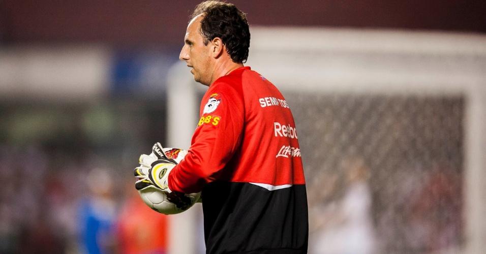 28.11.2012 - Rogério Ceni se aquece no gramado do Morumbi antes da partida contra a Universidad Católica, pela Sul-Americana