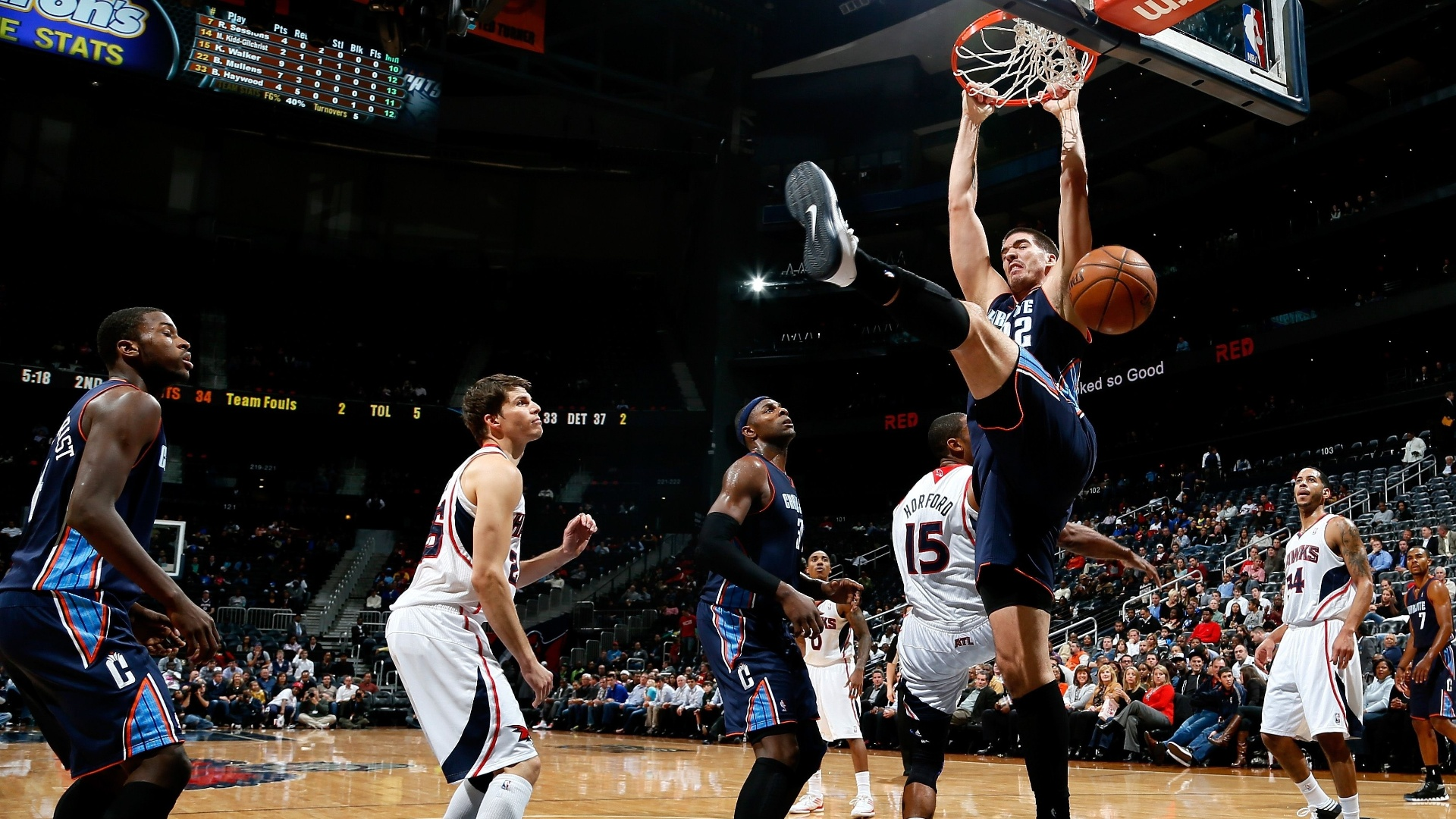 28.nov.2012 - Byron Mullens, do Charlotte Bobcats, consegue enterrada no jogo contra o Atlanta Hawks