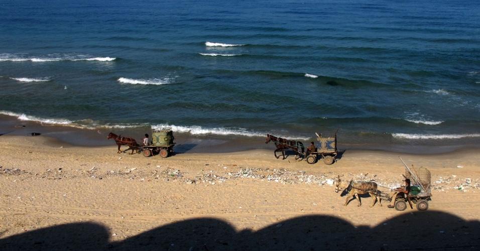 28.nov.2012 - Carroças de coletores de sucata palestinos andam por praia, nesta quarta-feira (28), na faixa de Gaza. Após bombardeios do Exército de Israel deixarem dezenas de mortos na região, uma trégua está em vigor desde o dia 21