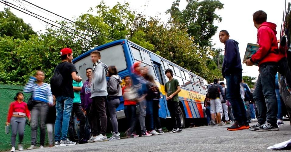 Alunos deixam a escola após realizarem o primeiro dia de provas do Saresp. A E.E. Juvenal de Ramos Barbosa, em Guarulhos, município do estado de São Paulo, não atingiu as metas do IDESP (Índice de Desenvolvimento da Educação do Estado de São Paulo) 2011