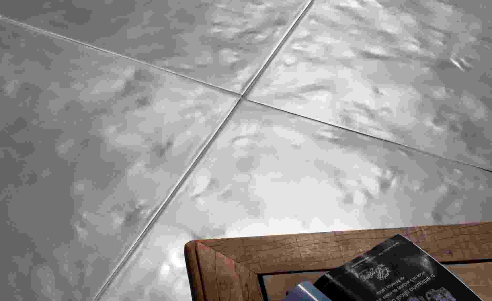 Da Solarium Revestimentos (www.solariumrevestimentos.com.br), o revestimento cimentício Basic Forzato garante o efeito do concreto alisado feito em obra. A peça mede 1 m por 1 m e o produto é vendido por R$ (m²) I Preços pesquisados em novembro de 2012 e sujeitos a alterações - Divulgação