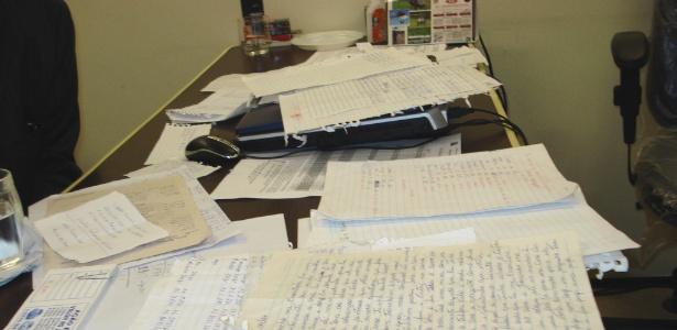 Imagem mostra papeis encontrados na casa do foragido - Divulgação/Deic