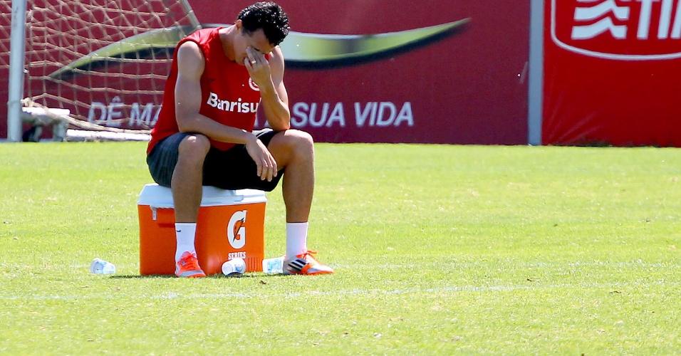 Leandro Damião descansa durante treinamento do Internacional, nesta quarta-feira