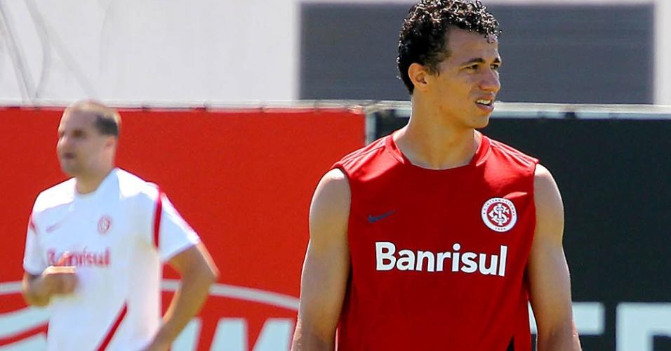 Leandro Damião observa enquanto se prepara para participar dos treinos do Internacional, nesta quarte-feira