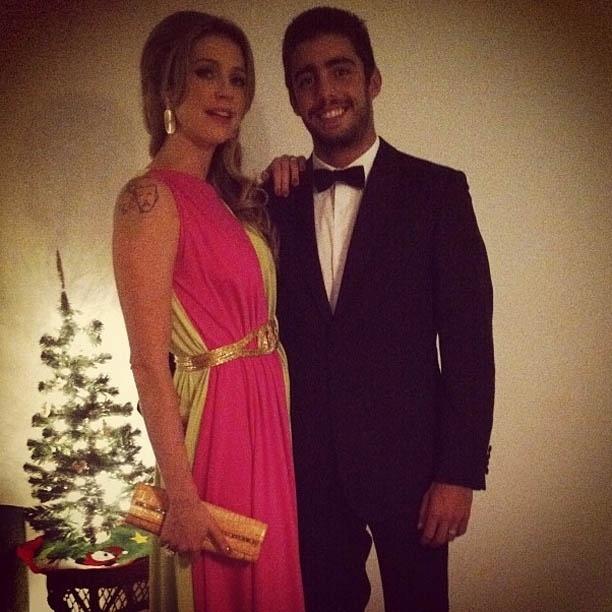 Marido de Luana Piovani divulga imagem com a atriz perto da árvore de Natal (28/11/2012)