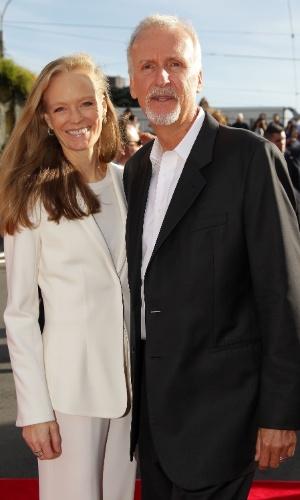O diretor James Cameron e sua mulher Suzy Amis participam da pré-estreia de