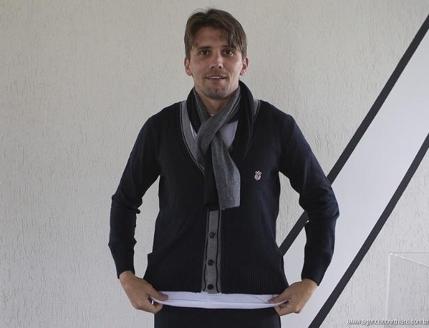 Paulo André exibe o cachecol feito especialmente para encarar o frio no Japão