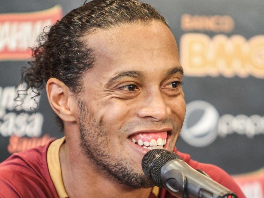Ronaldinho Gaúcho dá entrevista na Cidade do Galo, em Vespasiano (28-11-2012)