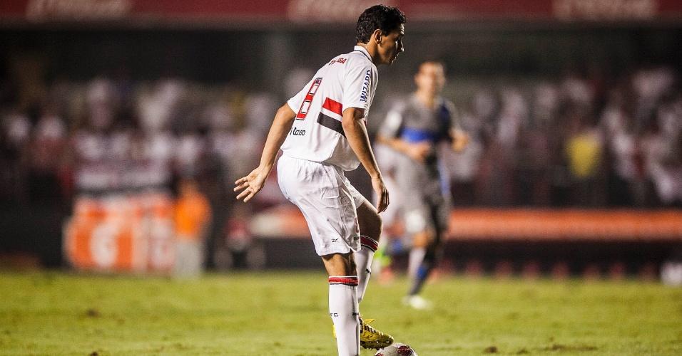 28.11.2012 - Paulo Henrique Ganso para a bola e observa movimentação de seus companheiros na partida contra a Universidad Católica
