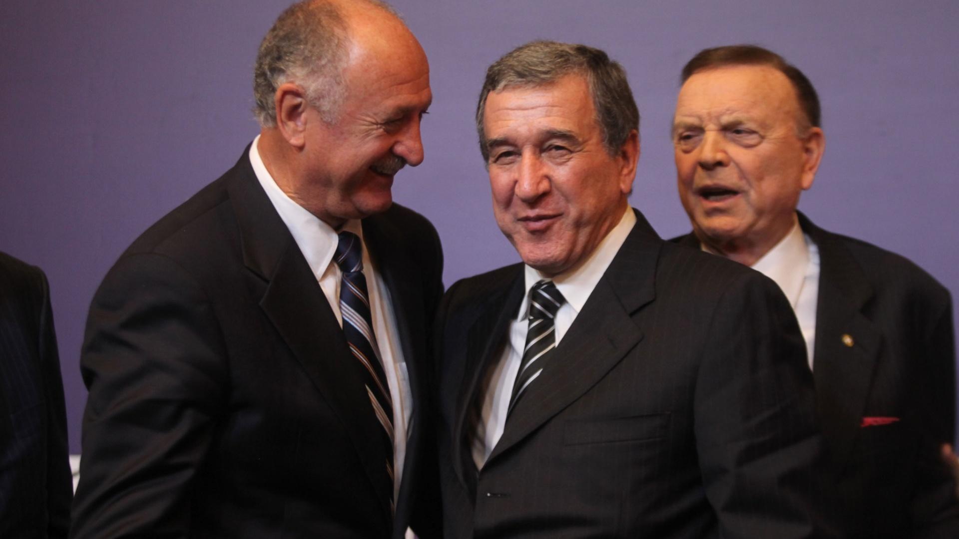 29.nov.2012 - Luiz Felipe Scolari, Carlos Alberto Parreira e José Maria Marin são vistos em momento descontraído durante coletiva da CBF no Rio de Janeiro