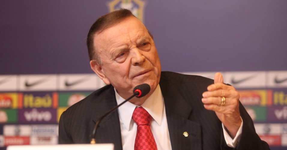 29.nov.2012 - Presidente da CBF, José Maria Marin, discursa durante anúncio da nova comissão técnica da seleção brasileira no Rio de Janeiro