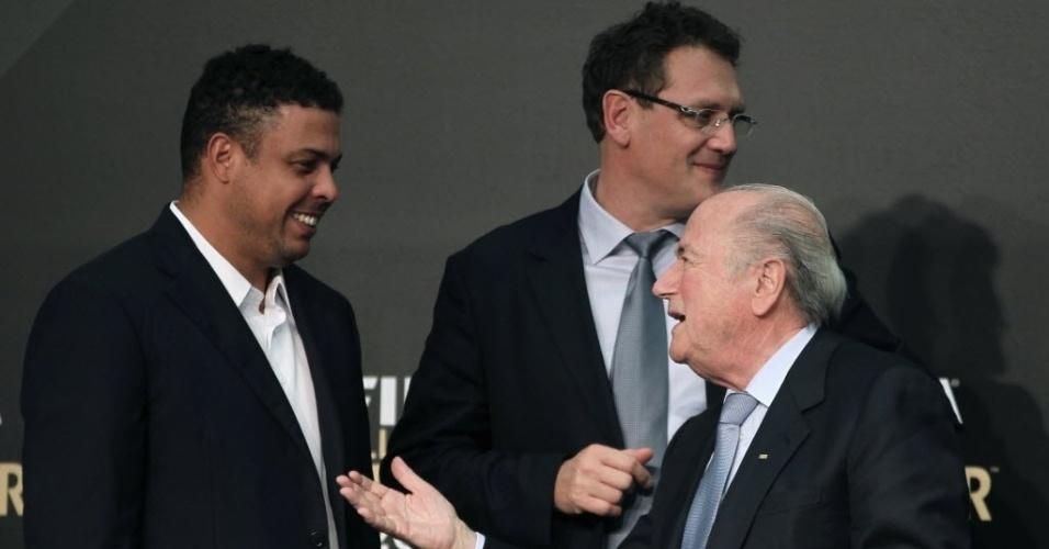 29.nov.2012 - Ronaldo conversa com o presidente da Fifa, Joseph Blatter, durante o anúncio dos indicados à Bola de Ouro