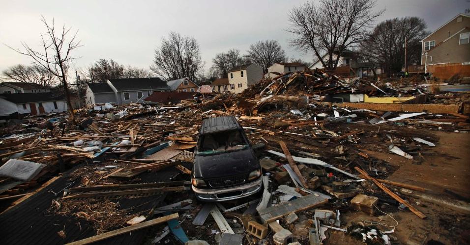 29.nov.2012 - Um mês após a passagem do furacão Sandy ainda são vistas ruas, casas e carros destruídos. A foto é de Nova Jersey, no Estados Unidos