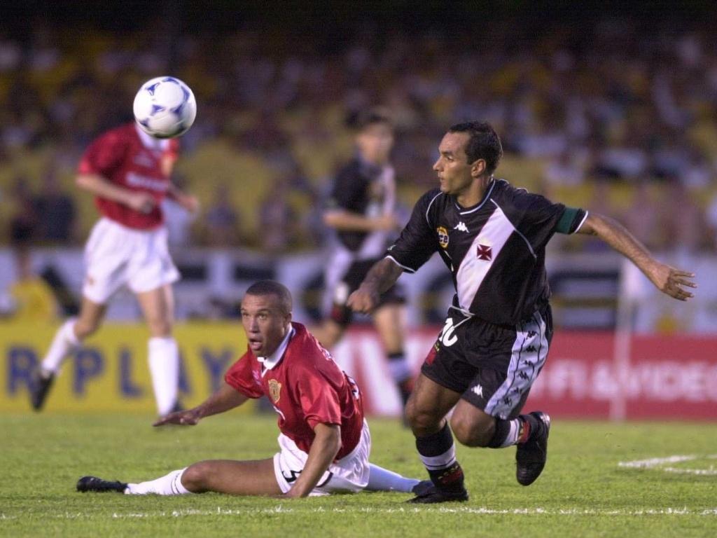 8.jan.2000 - Edmundo, do Vasco, deixa Silvestre no chão antes de fazer golaço contra o Manchester United, pelo Mundial de clubes