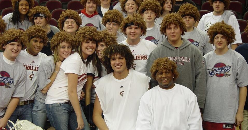 Anderson Varejão posa ao lado de crianças com peruca em sua homenagem em Cleveland