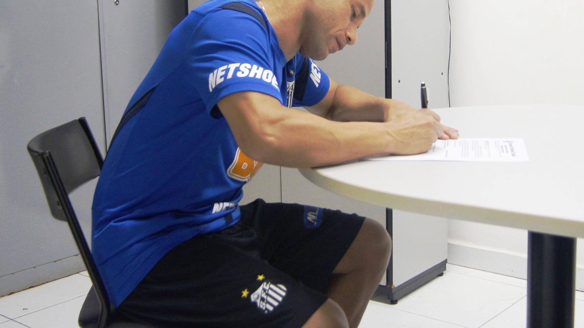 Léo assina contrato