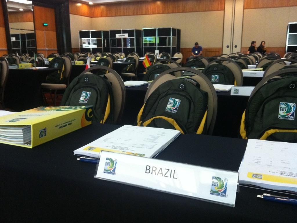 Mesa destinada a Scolari em evento da Fifa para técnicos das seleções