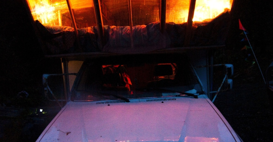 O norte-americano SunRay Kelley, 60, vive no meio de uma floresta no Estado de Washington, nos EUA. Ele construiu sozinho sete casas, 10 lagos, uma cabana de eremita, uma imagem de Jesus de 10 metros de altura e um estúdio de yoga, em um cenário que lembra o de um conto de fadas