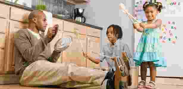Quando os pais entram na brincadeira, a criança se sente estimulada pelo exemplo - Thinkstock