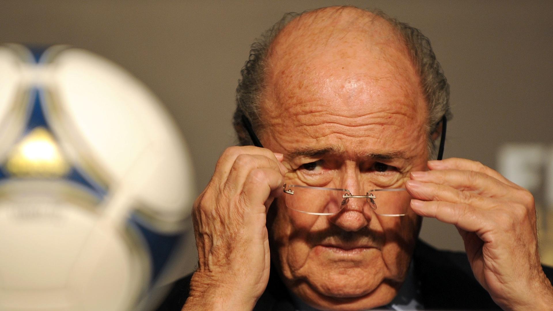 29.nov.2012 - Joseph Blatter, presidente da Fifa, ajeita os óculos antes de coletiva da Copa das Confederações em São Paulo