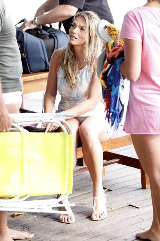 30.nov.2011 Durante gravação na Praia da Barra da Tijuca, a ex-BBB Fani, que participou da sétima temporada do reality show, se descuidou e deixou sua calcinha branca aparecer. O deslize foi falgrado por um fotógrafo que estava no local