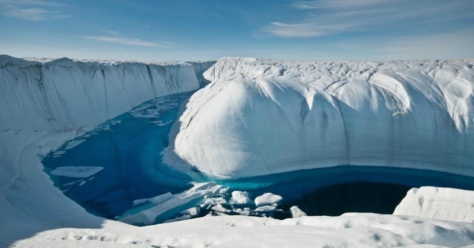 30.nov.2012 - A perda de cobertura de gelo já havia sido reportada anteriormente pelo Painel Intergovernamental em Mudanças Climáticas (IPCC na sigla em inglês) em 2007, mas não estava claro se a Antártida estaria crescendo ou encolhendo. Agora, estimativas sugerem que tanto a Antártida como a Groenlândia (na foto acima) estão perdendo gelo