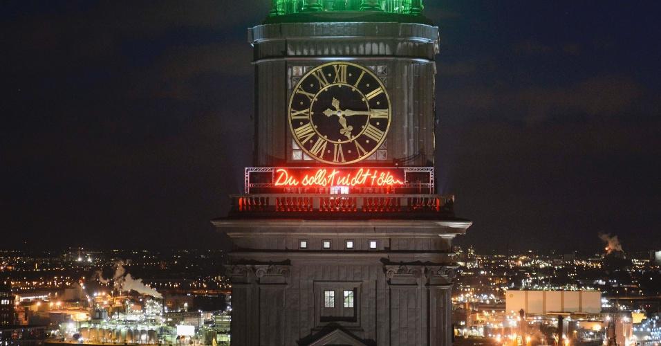 """30.nov.2012 - A torre da igreja de St. Michaelis, em Hamburgo (Alemanha), exibe letreiro iluminado com o quinto mandamento: """"Não matarás"""". O ato faz parte da manifestação mundial contrária à pena de morte """"Cidades pelo Dia da Vida"""", em tradução livre do inglês"""