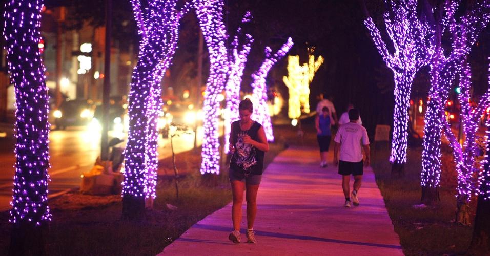 30.nov.2012 - Árvores são decoradas com luzes natalinas na avenida Sumaré, zona oeste de São Paulo. As luzes enfeitam a ciclovia no canteiro central da via