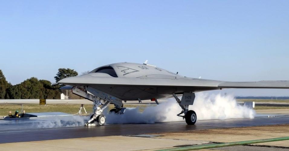 30.nov.2012 - Avião não-tripulado X-47B fez seu primeiro teste de decolagem em Patuxent River (EUA)