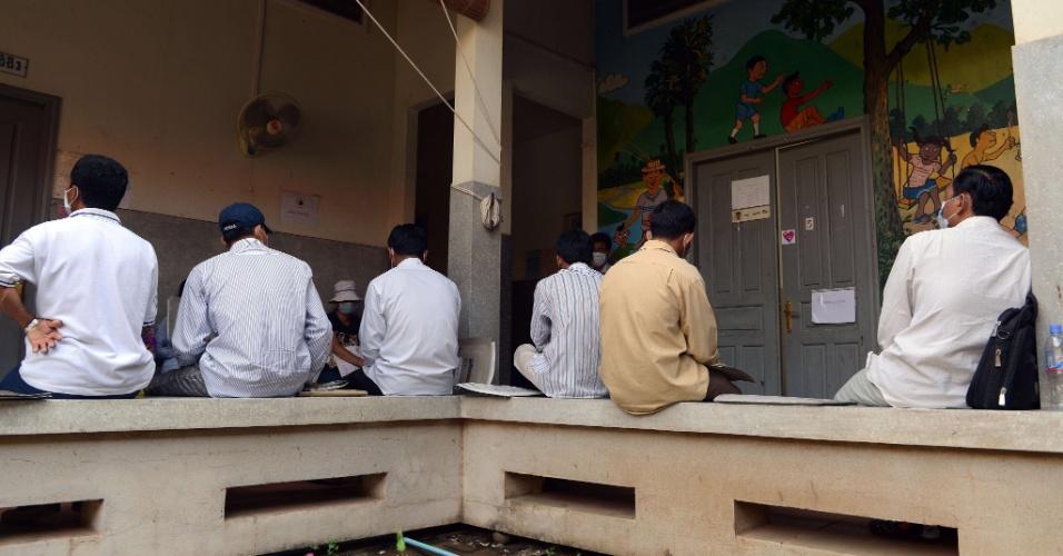 30.nov.2012 - Cambojanos portadores do vírus HIV aguardam em posto de saúde para receber remédios anti-retrovirais, nesta sexta-feira (30), em Phnom Penh