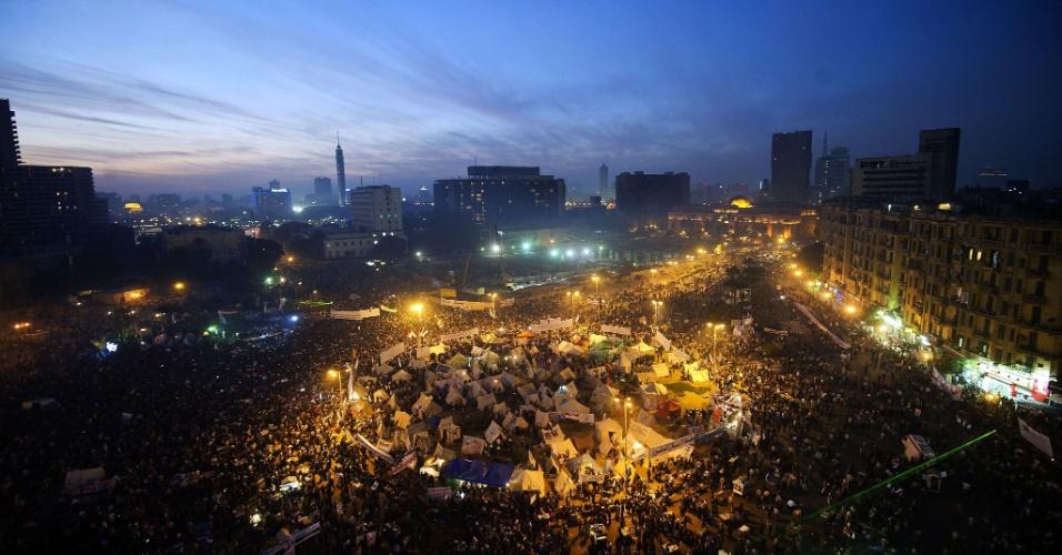 30.nov.2012 - Dezenas de milhares de pessoas foram à praça Tahrir, no Cairo (Egito), nesta sexta-feira, protestar contra o rascunho da nova Constituição do Egito, que foi aprovado às pressas, durante a madrugada desta sexta-feira, pelos integrantes islâmicos da Assembleia Constituinte, aliados do presidente Mohamed Mursi